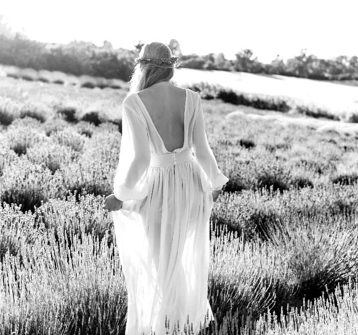 Jemné šifonové šaty v jemném odstínu šedobéžové